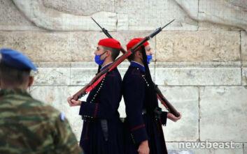 Φόρεσαν μάσκες οι εύζωνες της Προεδρικής Φρουράς