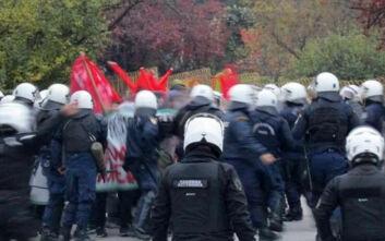 Επεισόδια στο μνημείο του Πολυτεχνείου στα Ιωάννινα: Μάχες σώμα με σώμα διαδηλωτών και Αστυνομίας