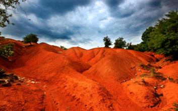 Κοκκινοπηλός: Το απόκοσμο κόκκινο τοπίο που θυμίζει… Άρη