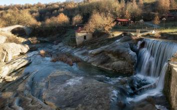 Το ορεινό χωριό της Κοζάνης με τα τρεχούμενα νερά και την τοπική αρχιτεκτονική