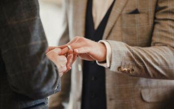 Νεαρός παντρεύτηκε τον κολλητό του για να κάνουν γαμήλιο γλέντι με 150 φίλους