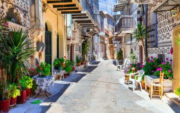 Το πολύχρωμο μεσαιωνικό χωριό που μοιάζει με λαβύρινθο