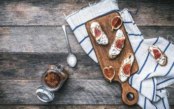 Μπρουσκέτες με τυρί και σύκα