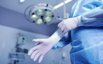 Η μεγαλύτερη στον κόσμο εταιρία κατασκευής χειρουργικών γαντιών βάζει λουκέτο σε εργοστάσιά της λόγω κορονοϊού