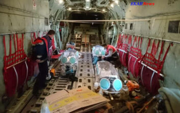 Δείτε εικόνες από το C-130 που μεταφέρει ασθενείς με κορονοϊό