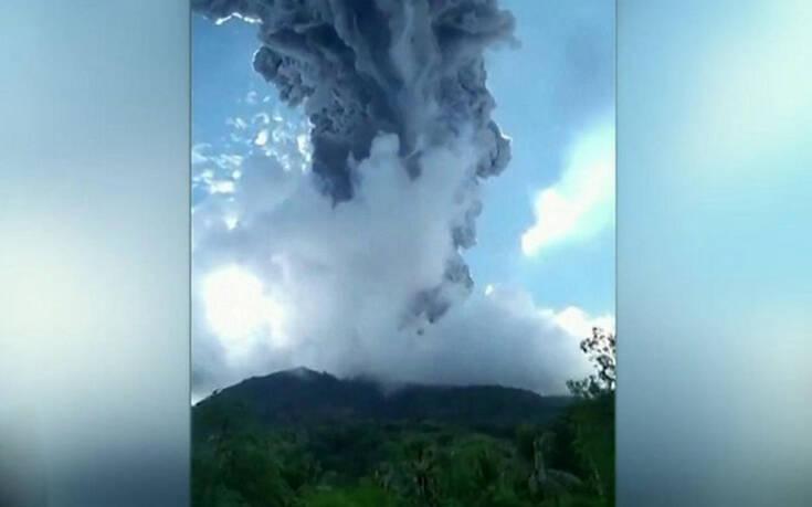 Απίστευτες εικόνες από την έκρηξη ηφαιστείου στην Ινδονησία – Έτρεχαν για να γλιτώσουν από τα δηλητηριώδη αέρια