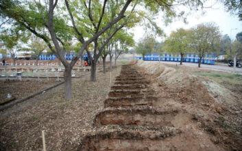 Σοκάρουν οι φωτογραφίες από τη Θεσσαλονίκη: Ανοίγονται τάφοι για τα θύματα του κορονοϊού