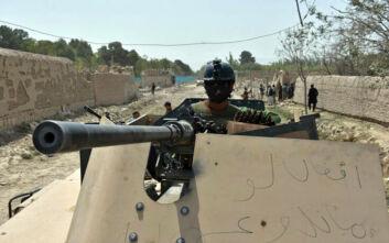 Φωτογραφία – σοκ: Αυστραλός στρατιώτης πίνει μπίρα από το προσθετικό πόδι νεκρού μαχητή των Ταλιμπάν
