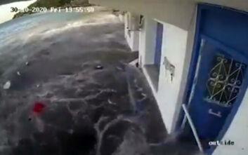 Σεισμός στη Σάμο: Συγκλονιστικό βίντεο με το τσουνάμι που χτύπησε το νησί