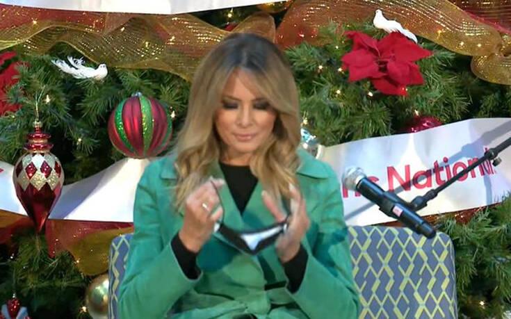 Μελάνια Τραμπ: Πήγε σε νοσοκομείο και έβγαλε τη μάσκα για να διαβάσει χριστουγεννιάτικο παραμύθι
