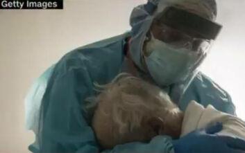 Η συγκλονιστική φωτογραφία γιατρού που αγκαλιάζει ασθενή σε ΜΕΘ Covid: «Πραγματικά χρειάζονται κάποιον»