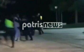 Πύργος: Έντονο επεισόδιο μεταξύ αστυνομικών και νεαρών που δεν τηρούσαν τα μέτρα κατά του κορονοϊού