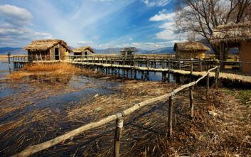 Η αναπαράσταση λιμναίου οικισμού που ταξιδεύει στη Νεολιθική εποχή