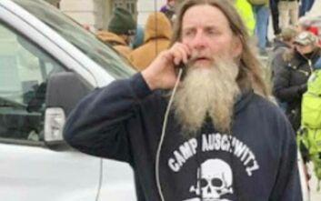 Συνελήφθη ο άνδρας που πρωταγωνίστησε στα επεισόδια του Καπιτωλίου με τη μπλούζα «Άουσβιτς»
