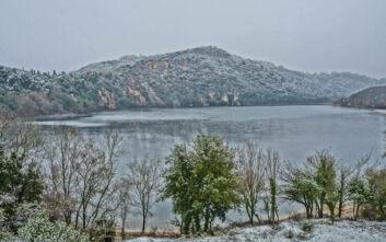Εντυπωσιακές εικόνες από τη λίμνη Ζηρού «ντυμένη» στα λευκά
