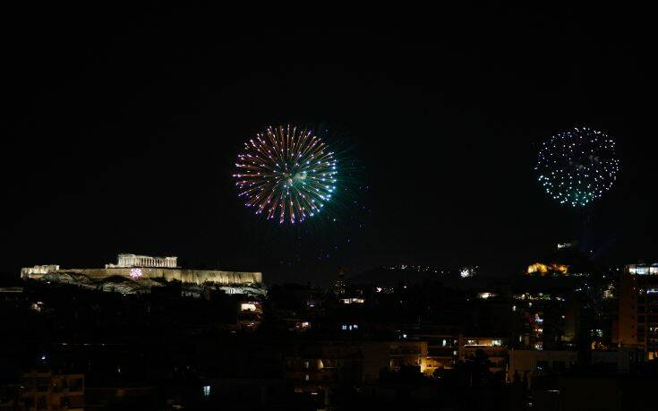 Αθήνα και Θεσσαλονίκη γιόρτασαν με εντυπωσιακά πυροτεχνήματα τον ερχομό του 2021