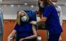 Εμβολιάστηκε η Φώφη Γεννηματά: Είναι ώρα να απομονώσουμε τις ανεύθυνες φωνές