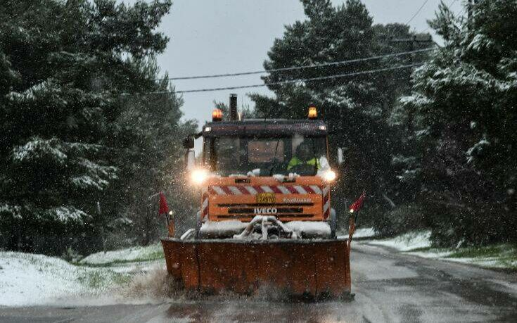 Χιόνια και στην Αττική: Κλειστοί δρόμοι σε Πάρνηθα, Πεντέλη και Υμηττό- Απαγορεύτηκε η κυκλοφορία φορτηγών στην εθνική οδό