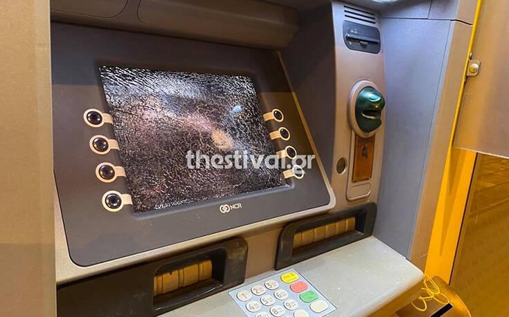 Επίθεση από κουκουλοφόρους σετράπεζα – Newsbeast