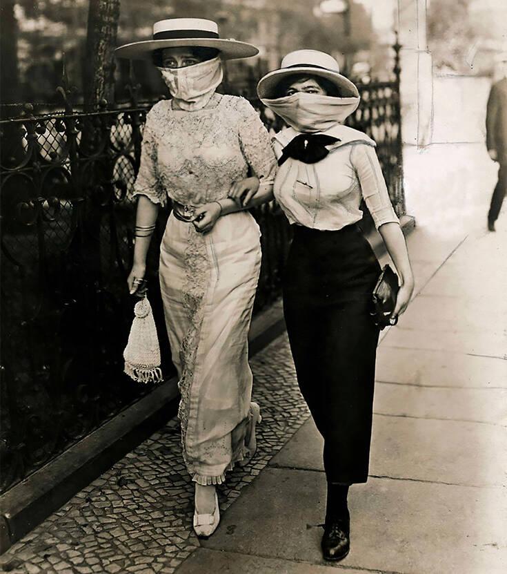 Οι δυο εκδοχές για τη φωτογραφία με τις γυναίκες με τις μάσκες – Newsbeast