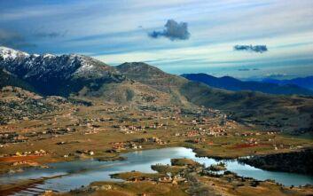Η εποχιακή λίμνη του Παρνασσού σε καθηλώνει με την απαράμιλλη ομορφιά της