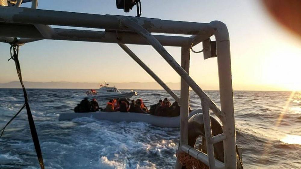 Υπό τη συνοδεία τουρκικών ακταιωρών οι λέμβοι με μετανάστες στο Αιγαίο