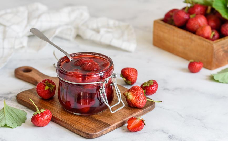 Η απίθανη καλοκαιρινή λιχουδιά με φράουλες που ετοιμάζεται σε 15 λεπτά -  Newsbeast
