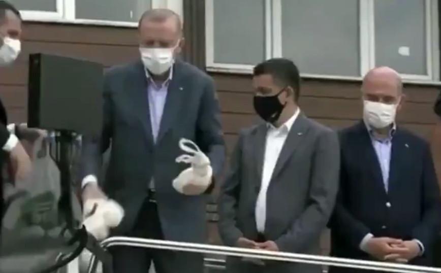 Ο Ερντογάν μοίρασε τσάι και… συμπάθεια στους πληγέντες από τις καταστροφικές πλημμύρες στον Πόντο