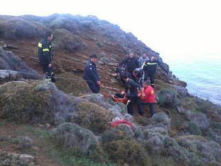 Θρίλερ στην Κερατέα με αυτοκίνητο που έπεσε σε γκρεμό 70 μέτρων: Ένα άτομο μέσα στο όχημα που αιωρείται