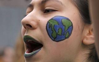 Κορίτσι φωνάζει για την κλιματική κρίση