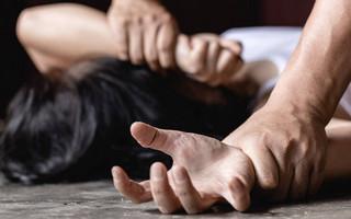 Σοκάρει υπόθεση σεξουαλικής κακοποίησης στη Γαλλία: Ο σύζυγός της τη νάρκωνε επί 10 χρόνια και τη βιάζαν άγνωστοι