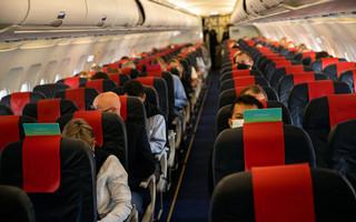 Αυστηρότερα μέτρα για τους ταξιδιώτες που φτάνουν στη χώρα εξετάζει η Βρετανία