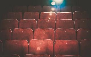 Ο καλλιτεχνικός χώρος κλυδωνίζεται: Ντόμινο καταγγελιών που σοκάρουν για σκηνοθέτες – ηθοποιούς