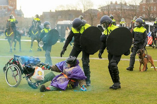 Ολλανδία: Βίαιες συγκρούσεις μεταξύ αστυνομικών και διαδηλωτών για την απαγόρευση κυκλοφορίας