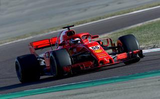 Νέα εποχή στη Ferrari: Οι πρώτες… βόλτες του Σάινθ με το κόκκινο μονοθέσιο