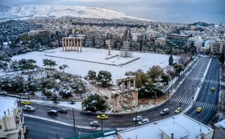 Εικόνες που κόβουν την ανάσα: Η χιονισμένη Αθήνα από ψηλά μετά το πέρασμα της «Μήδειας»