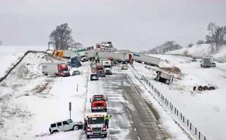 Εικόνες χάους: Τεράστια καραμπόλα 40 αυτοκινήτων σε χιονισμένο δρόμο με δεκάδες τραυματίες
