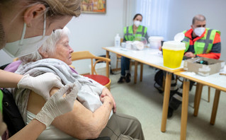 Βρετανία: Στόχος να έχουν εμβολιαστεί με την πρώτη δόση όλες οι ομάδες υψηλού κινδύνου έως τον Μάιο
