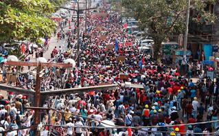 Με αντλίες νερού απάντησαν στους διαδηλωτές οι αρχές της Μιανμάρ