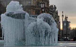 Εντυπωσιακές εικόνες από το πολικό ψύχος στη Βρετανία: Πάγωσε το νερό στα συντριβάνια του Λονδίνου