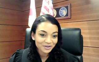 Το βίντεο με τον ερωτύλο κατηγορούμενο που την «έπεσε» στη δικαστίνα: «Είσαι κουκλάρα»
