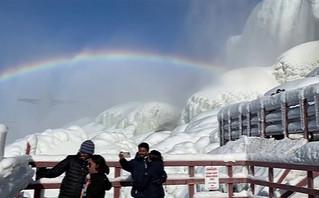 Το ουράνιο τόξο πάνω από τους παγωμένους καταρράκτες του Νιαγάρα – Δείτε τις πανέμορφες εικόνες
