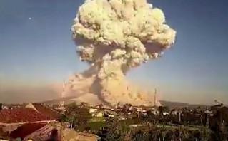 Η στιγμή της έκρηξης ηφαιστείου στην Ινδονησία – Εκτοξεύτηκε στάχτη σε ύψος 5 χιλιομέτρων