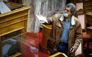 Νέο φραστικό επεισόδιο με Πολάκη στη Βουλή: «Μη μου κουνάς εμένα το δαχτύλι»