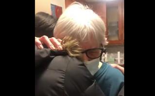 Γιαγιά αγκάλιασε την εγγονή της με συνταγή γιατρού