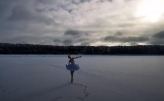 Ρωσίδα μπαλαρίνα χόρεψε τη Λίμνη των Κύκνων σε παγωμένο τοπίο