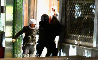Νέα Σμύρνη: Καρέ – καρέ ο ξυλοδαρμός συλληφθέντα από αστυνομικούς – Επιτέθηκαν και σε δημοσιογράφους