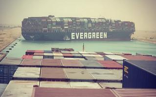 Σπάνιο «μποτιλιάρισμα» στη διώρυγα του Σουέζ: Πλοίο ακινητοποιήθηκε κάθετα κι έκλεισε το πέρασμα