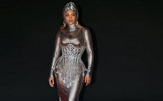 Η εκθαμβωτική Beyoncé με ασημένιο φόρεμα μετά την ιστορική νίκη της στα Grammy