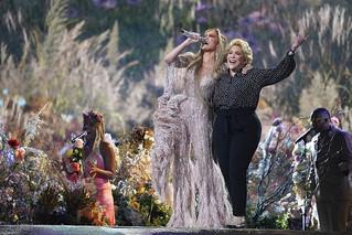 Η Jennifer Lopez ανέβασε τη μητέρα της επί σκηνής και τραγούδησε μαζί της